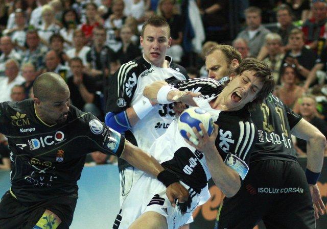 Marcus Ahlm leikmaður Kiel í baráttunni gegn Didier Dinhart og ...