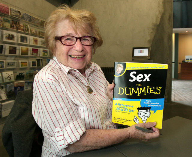 Dr. Ruth með eina af bókum sínum.