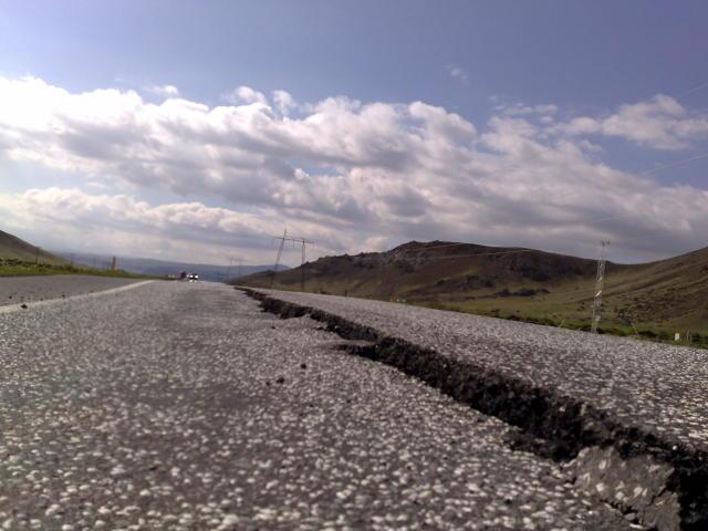 Sprungur hafa myndast á Suðurlandsvegi.