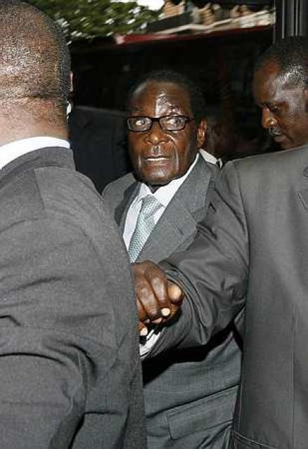 Robert Mugabe við komuna á ráðstefnuna.