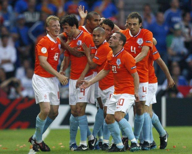 Hollendingar fagna eftir að Ruud van Nistelrooy, annar frá vinstri, ...