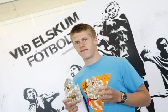Jóhann Berg Guðmundsson með viðurkenningu sína.