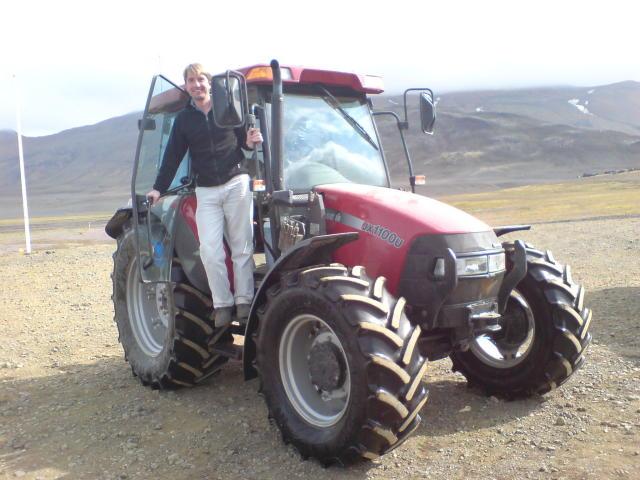 Rik Albrecht ferðast um landið á traktor.