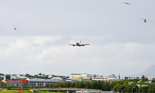 Flugvélin kemur til lendingar á Reykjavíkurflugvelli.
