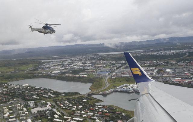 Flugvél landsliðsmannanna fékk fylgd þyrlna og DC-3 flugvélar frá Keflavík …