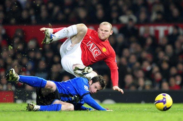Matthew Bates reynir að stöðva Wayne Rooney á Old Trafford ...