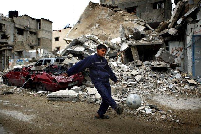 Palestínskur drengur að leik í rústum á Gaza