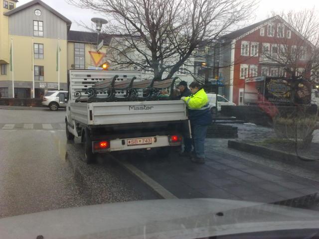 Starfsmenn Reykjavíkur hafa í dag safnað saman bekkjum í miðborginni ...