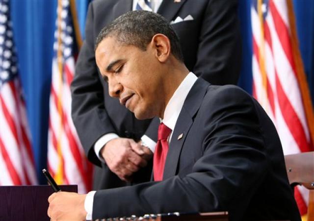 Obama undirritaði lögin í Denver í dag.