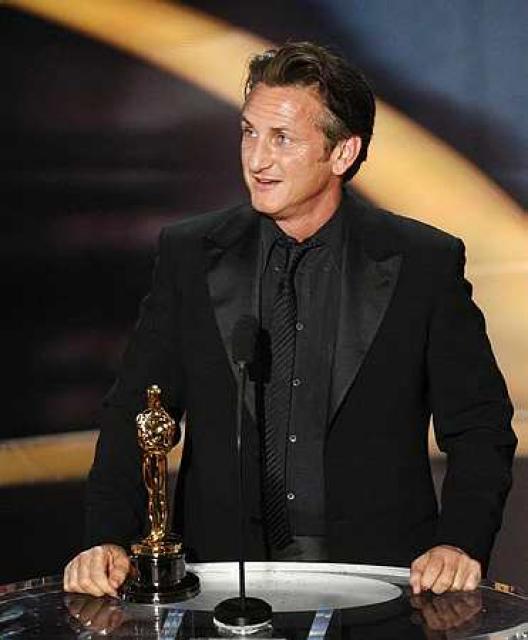 Sean Penn tekur við verðlaunum sínum.