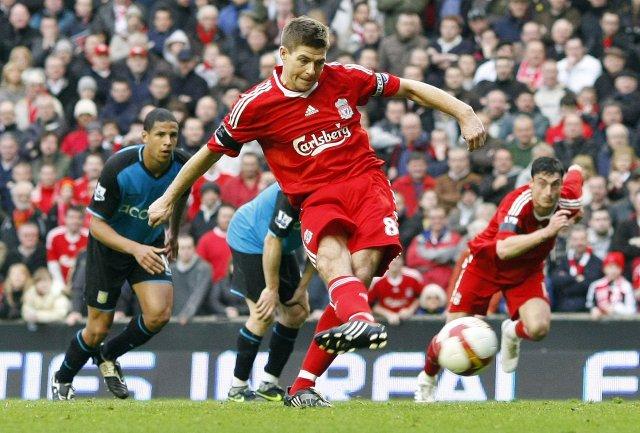 Steven Gerrard skoraði þrennu fyrir Liverpool og afgreiðir hér vítaspyrnu ...