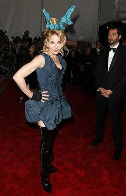 Söngkonan Madonna tók samkvæmið fram yfir réttarhöld í ættleiðingarmáli sínu ...