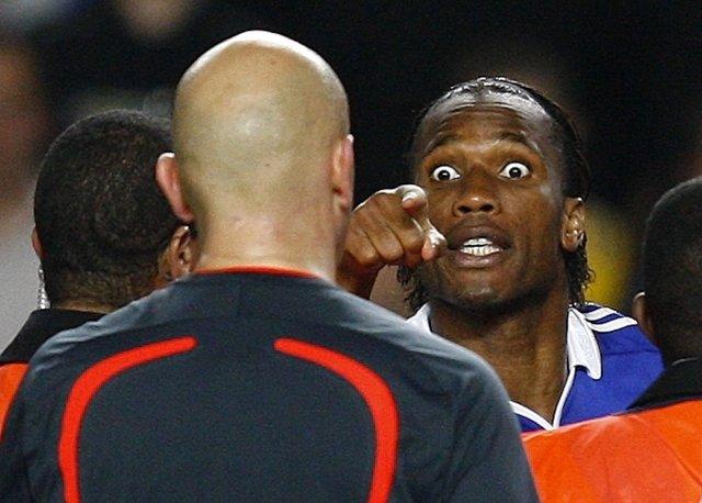 Didier Drogba hellir sér yfir Österbo dómara eftir leikinn.