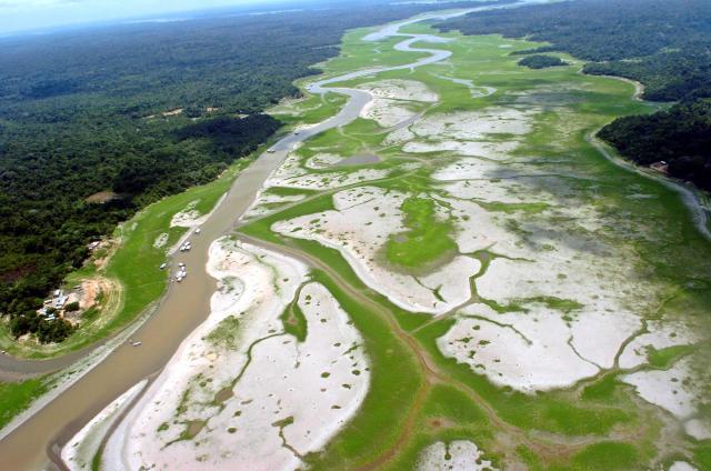 Séð yfir Amazon, skammt frá Manaus borg í Brasilíu.