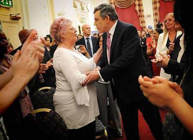 Gordon Brown, forsætisráðherra Bretlands, sem hér ræðir við flokksmenn Verkamannaflokksins, ...