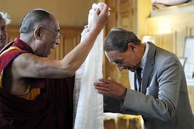 Dalai Lama færir Bertrand Delanoe borgarstjóra í París hvítan klút.