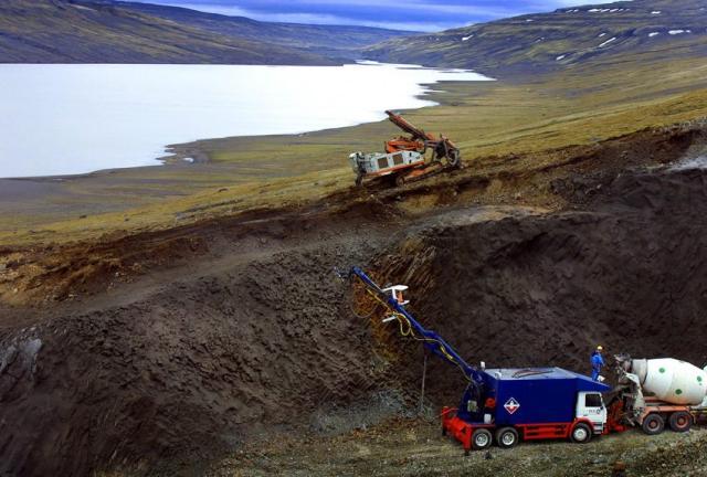 Unnið við að steypusprauta veggi þar sem nýja stöðvarhúsið verður ...