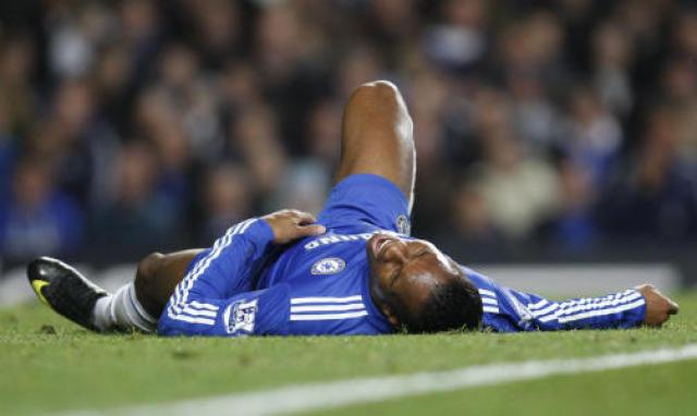 Didier Drogba liggur óvígur í grasinu á Stamford Bridge í ...
