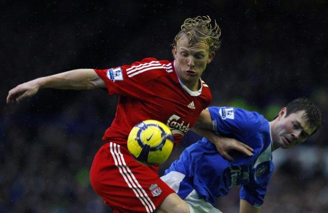 Dirk Kuyt skoraði seinna mark Liverpool og á hér í ...