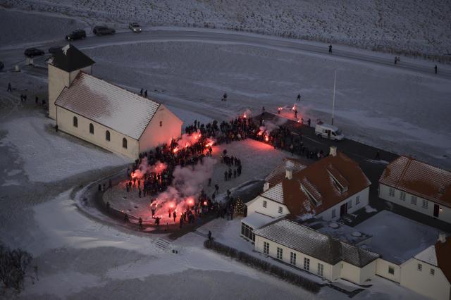 Undirskriftir voru afhentar forseta í gær og mótmælt var með ...