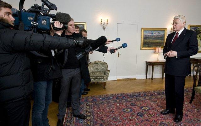 Ólafur Ragnar Grímsson ræðir við blaðamenn á Bessastöðum á gamlársdag ...