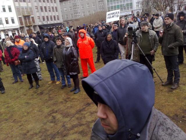 200-300 manns eru staddir á Austurvelli á mótmælafundi Nýs Íslands ...