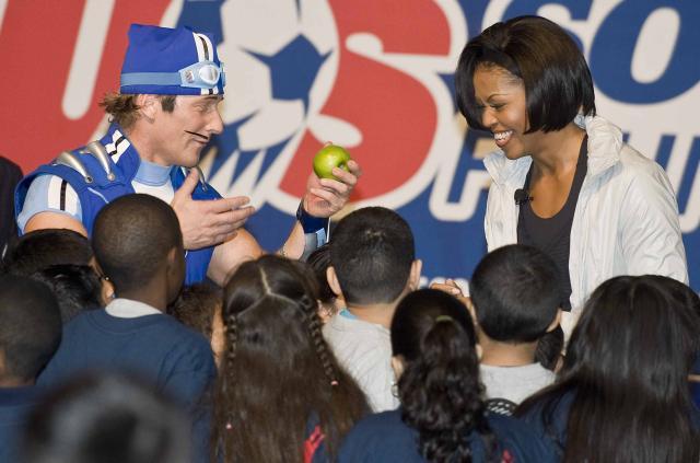 Íþróttaálfurinn gaf Michelle Obama epli.