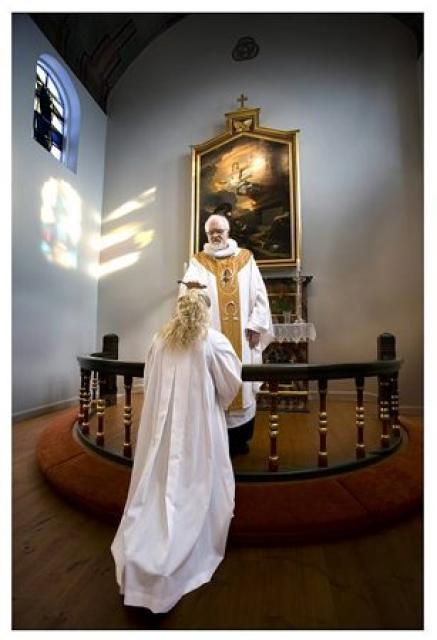 Fermingarbarn staðfestir kristna trú sína í þjóðkirkjunni.