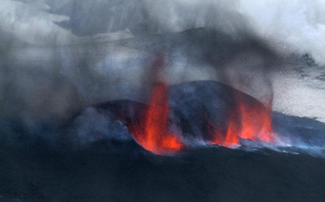 Eldgosið í Eyjafjallajökli er mikið sjónarspil þegar húmar að.