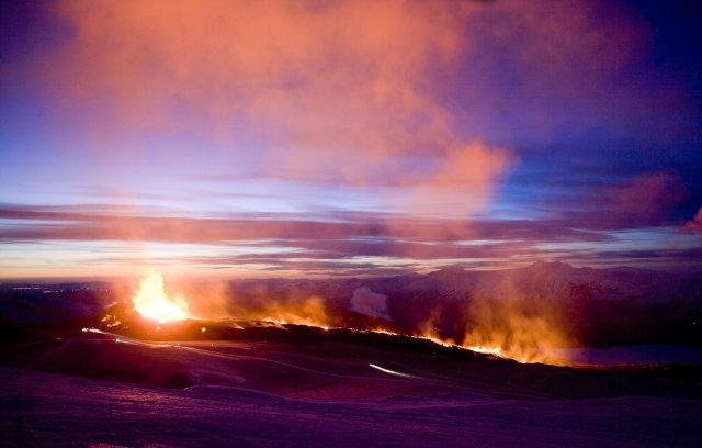 Margir eru komnir á leið upp Morinsheiði að eldstöðvunum.
