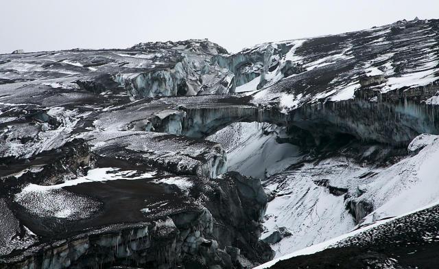 Mikilfenglegar jökulbrýr eru þar sem vatn hefur náð að grafa ...