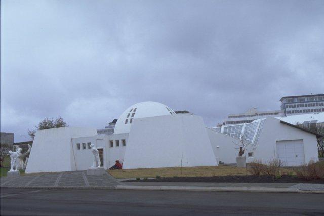 Ásmundum þessa lands býðst nú að kynna sér verk nafna ...