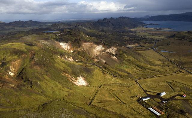 Krýsuvík er næst, en Seltún norðar. Yfir hálsinn sést í …