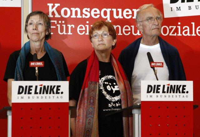 Annette Groth, Inge Hoeger og Norman Paech við komuna til ...