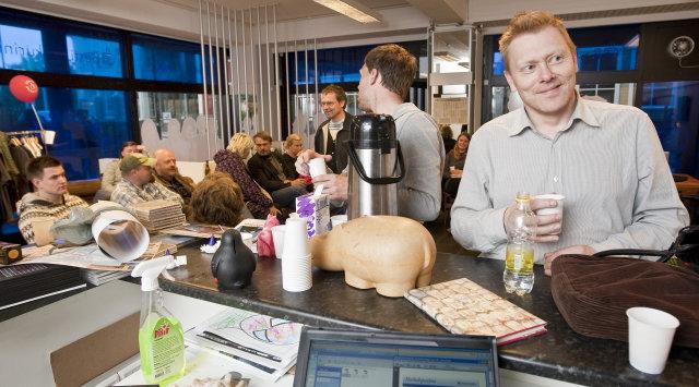 Oddvitinn Jón Gnarr fær sér kaffi á fundi með samstarfsfólki ...