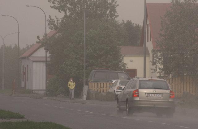 Skyggni var lítið á Hvolsvelli í dag vegna öskufoks og ...
