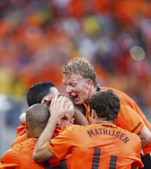 Hollendingar fagna marki Robbens gegn Slóvakíu.