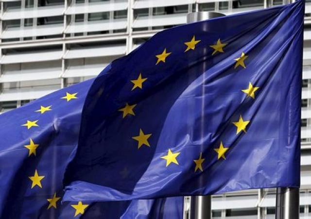 Fánar ESB blakta í Brussel.