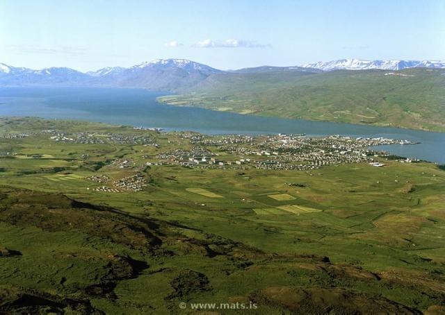 Akureyri. Vaðlaheiði í baksýn.