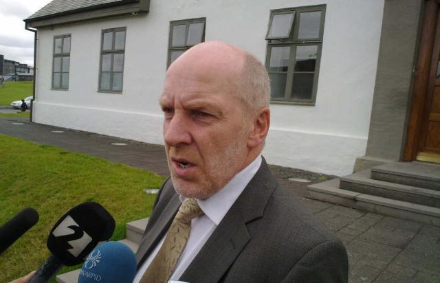 Steingrímur J. Sigfússon fjármálaráðherra fyrir utan stjórnarráðsbygginguna