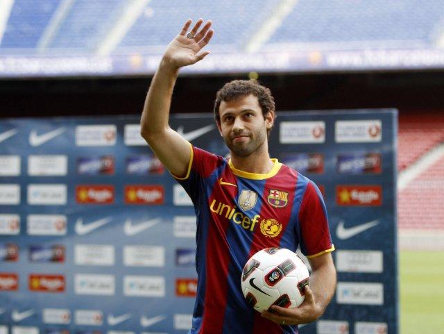 Javier Mascherano veifar til stuðningsmanna Barcelona eftir að hafa skrifað ...