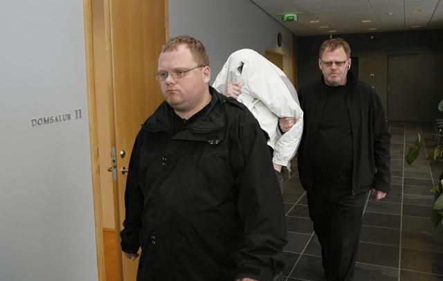 Maðurinn sem er ákærður fyrir manndráp í Reykjanesbæ kemur í ...