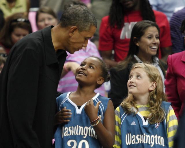 Barack Obama ásamt dóttur sinni Söshu og vinkonu hennar á …