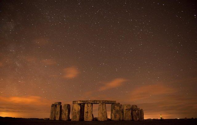 Loftsteinn hrapar yfir Stonehenge á Englandi.