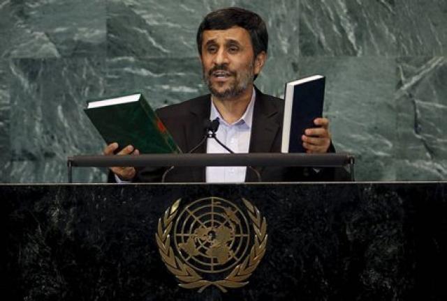 Ahmadinejad með eintök af Kóraninum og Biblíunni í ræðustól SÞ ...