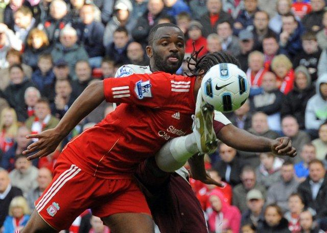 Darren Bent markaskorari Sunderland í baráttu við Glen Johnson.