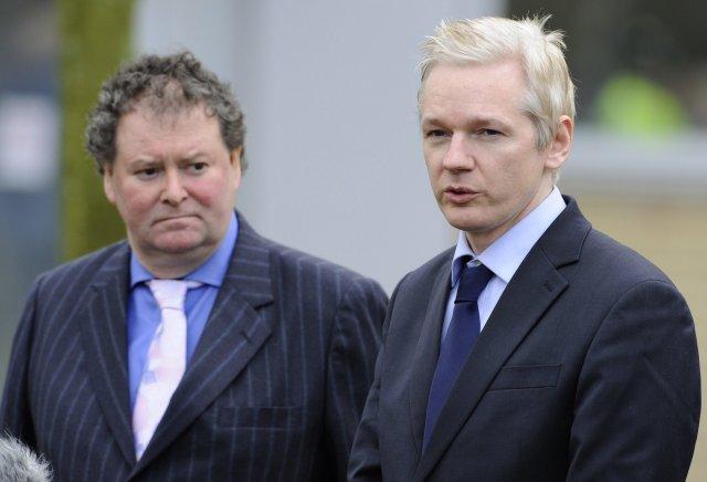 Julian Assange (t.h.) ásamt lögmanni sínum, Mark Stephens.
