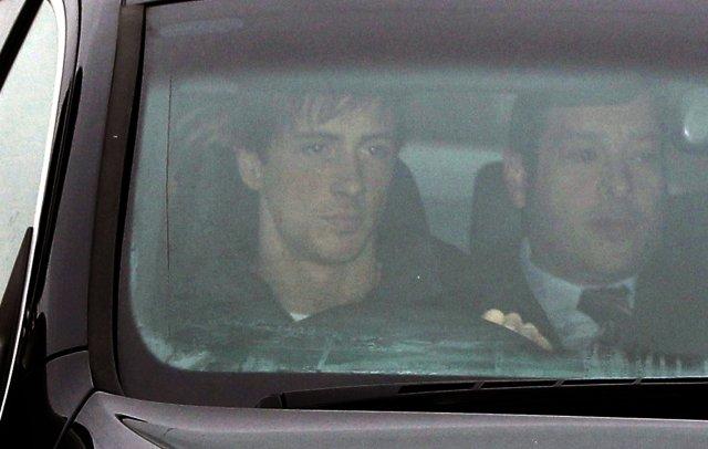 Fernando Torres ekur burt frá Melwood, æfingasvæði Liverpool, í dag.