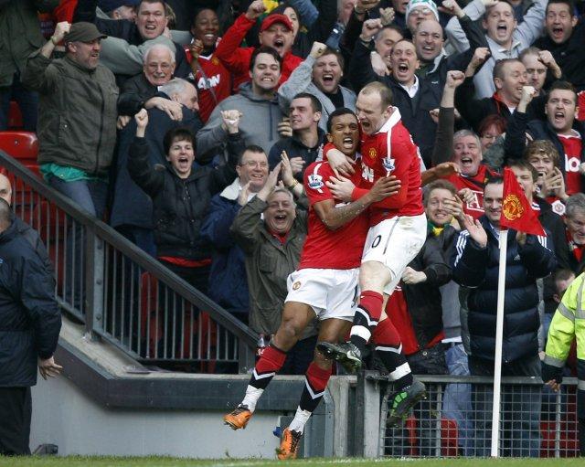 Nani fagnar marki sínu ásamt Rooney.