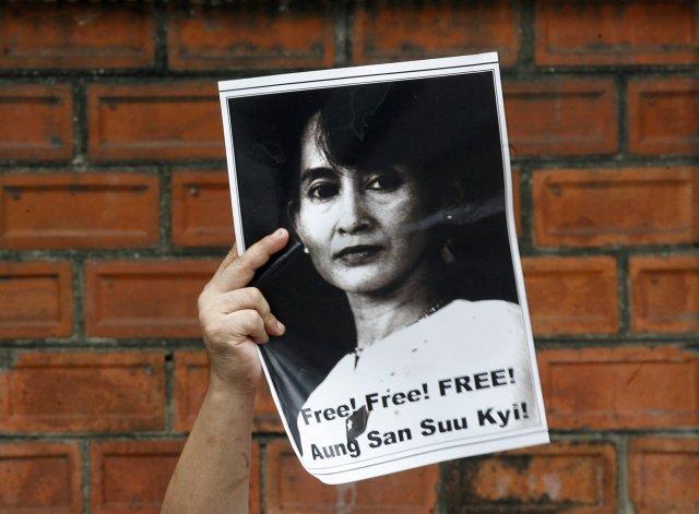 Aung San Suu Kyi hefur setið í stofufangelsi í sex ...